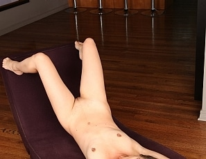 Yummywomen/Jamie Naked on the Chaise